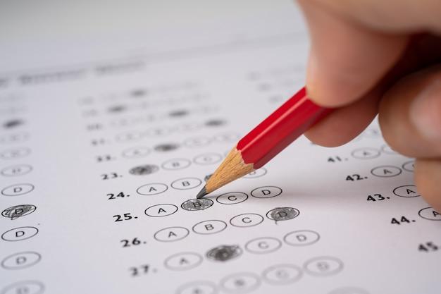 Hojas de respuestas con relleno de dibujo a lápiz para seleccionar la opción.