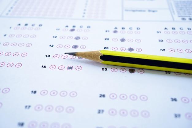 Hojas de respuestas con relleno de dibujo a lápiz para seleccionar la opción