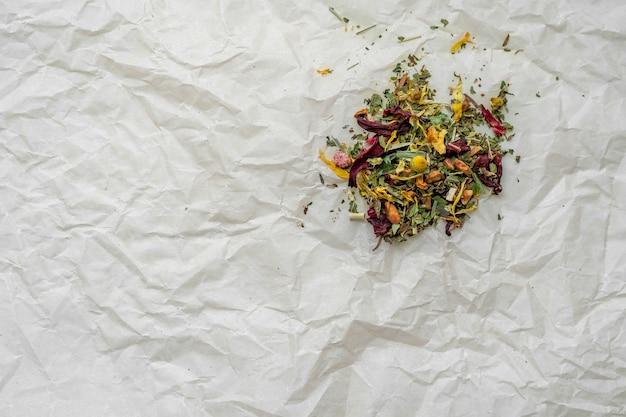 Hojas secas naturales sobre papel prensado