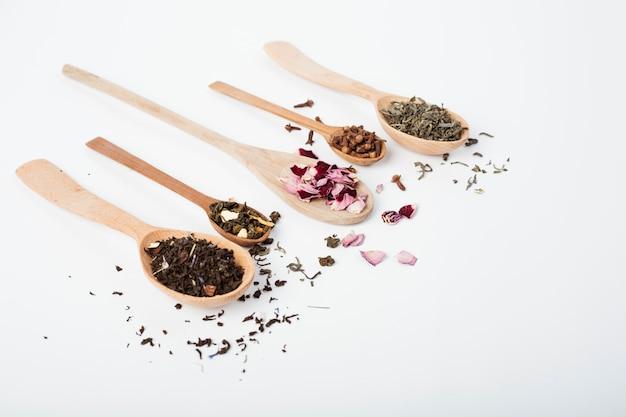 Hojas de té en cuchara de madera