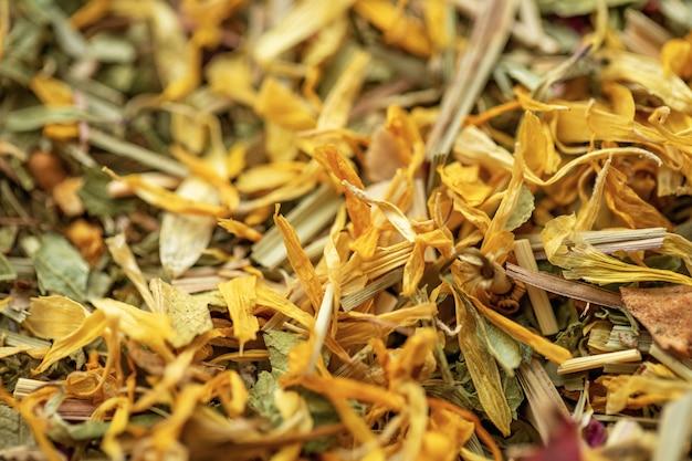Hojas de té de hierbas secas fragantes