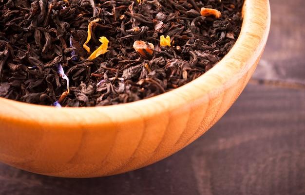 Hojas de té secas en un tazón