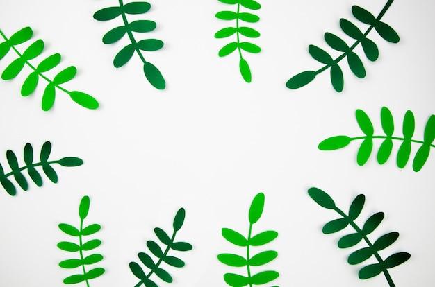 Hojas tropicales en papel cortado estilo marco verde