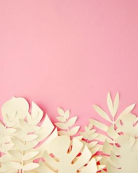 Hojas tropicales en papel cortado estilo en rosa