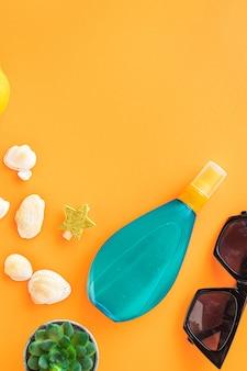 Hojas tropicales playa accesorios viajes vacaciones verano fondo protector solar botella loción gafas de sol conchas marinas limón relajarse estado de ánimo
