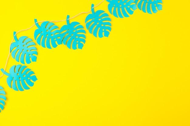 Hojas tropicales de verano, plantas marco. estilo de corte de papel.