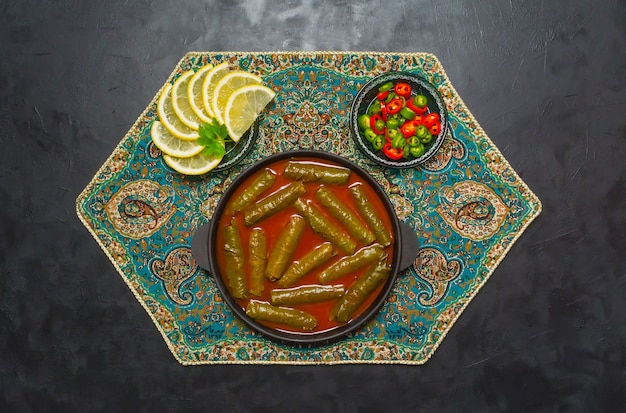 Hojas de uva rellena dolma. cocina iraní.