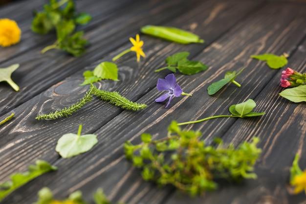 Hojas y flores en el fondo con textura de madera
