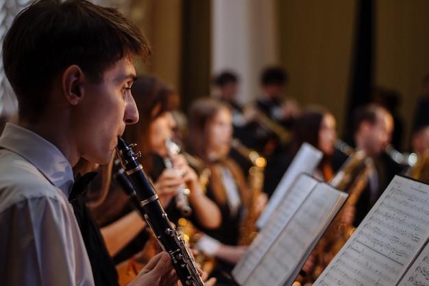 Hojea las notas. atril, la orquesta está tocando.