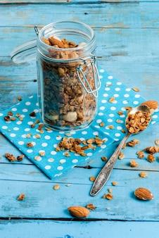 Hojuelas de cereal de granola con nueces