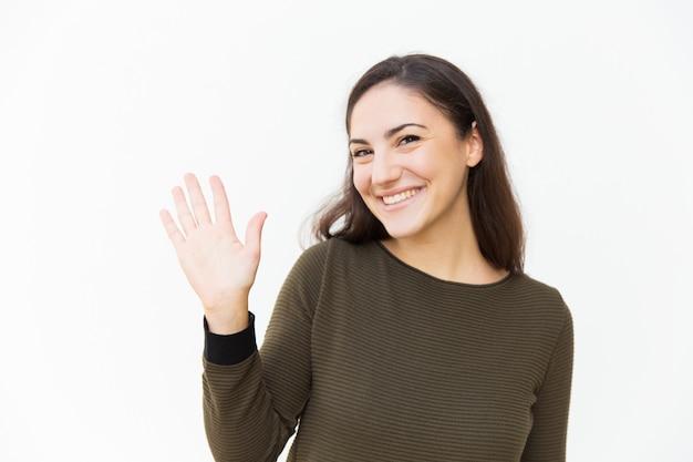 Hola feliz hermosa mujer amable saludando