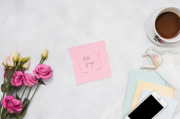 Hola inscripción de primavera con rosas y café.