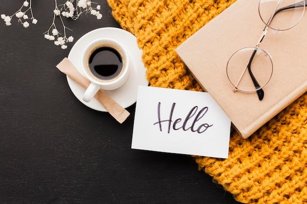 Hola mensaje de la mañana y taza de café