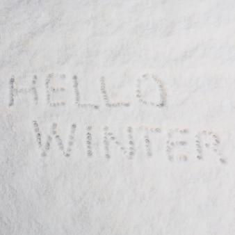 Hola palabras de invierno en la nieve