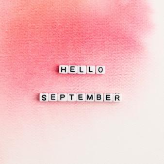 Hola septiembre tipografía de mensaje de perlas en rosa