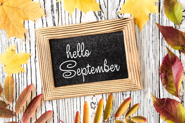 Hola tarjeta de letras de septiembre. concepto de la temporada de otoño