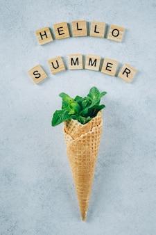 Hola tarjeta de verano. helado creativo con hojas de menta sobre fondo azul