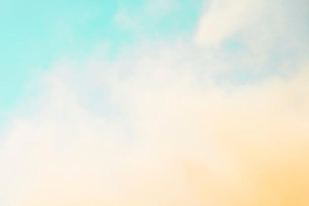 Holi color extendido en frente del cielo azul