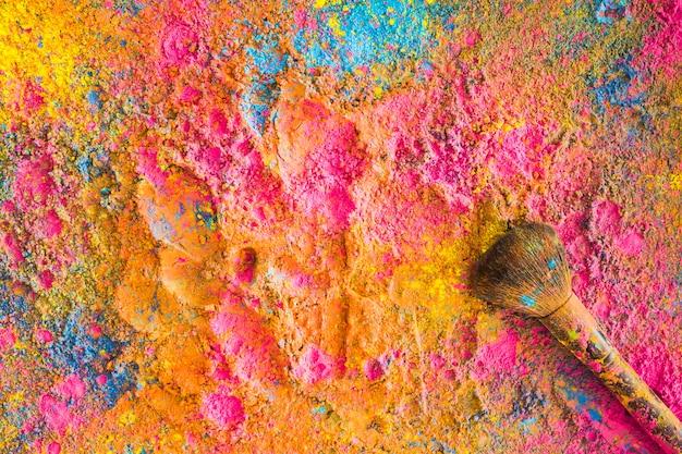 Holi colores salpicados al azar con pincel