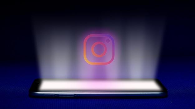 Holograma del logo de instagram. imagen del logotipo de instagram del holograma sobre fondo azul.