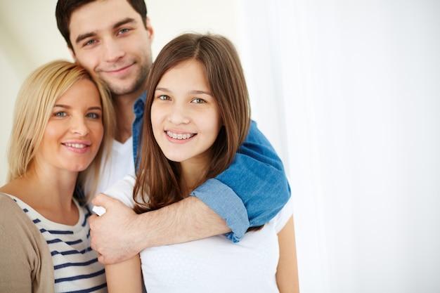 Hombre abrazando a su familia