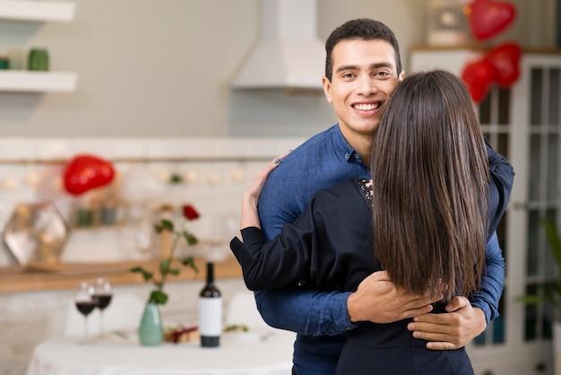 Hombre abrazando a sus novias con espacio de copia