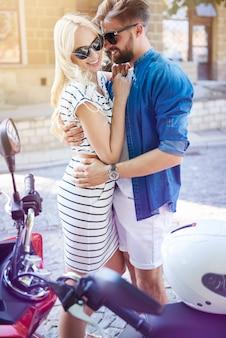 Hombre, se abrazar, mujer, en la calle de la ciudad