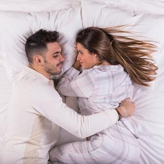 Hombre, abrazar, mujer, en cama