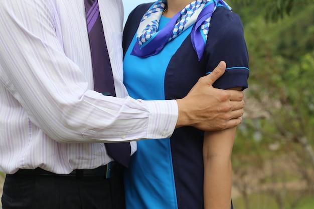 Hombre abrazo mujer con amor