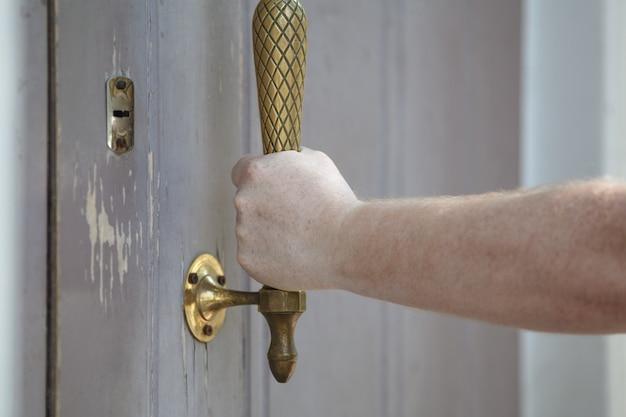 El hombre abre la puerta, foto horizontal.