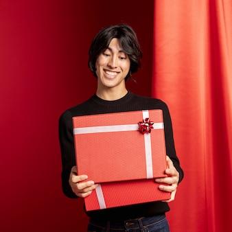 Hombre abriendo la caja de regalo para el año nuevo chino