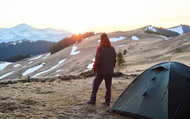 Hombre acampando en las montañas