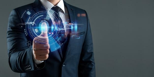 El hombre accede a la información personal de los hologramas con identificación de huellas dactilares. tecnologías modernas, almacenamiento de datos en la nube.