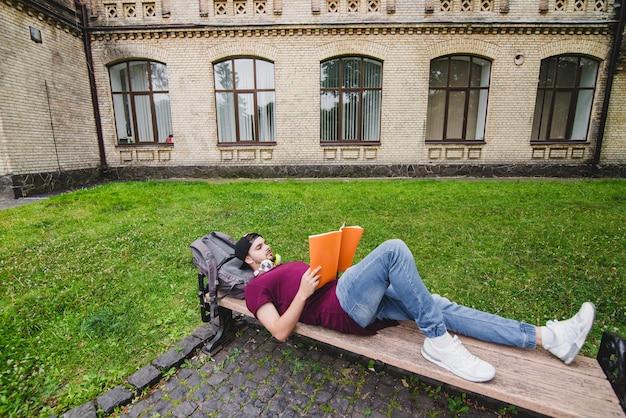 Hombre, acostado, madera, banco, lectura