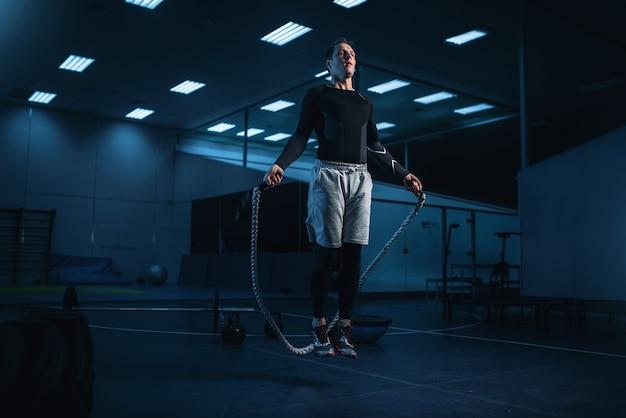 Hombre activo en entrenamiento, entrenamiento con cuerda