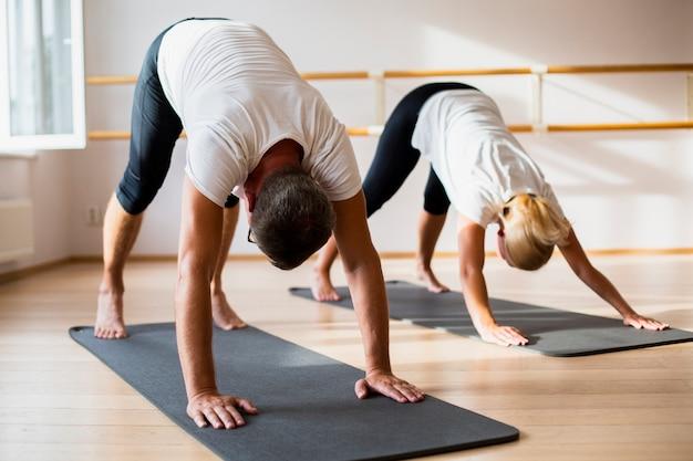 Hombre activo y mujer haciendo ejercicios