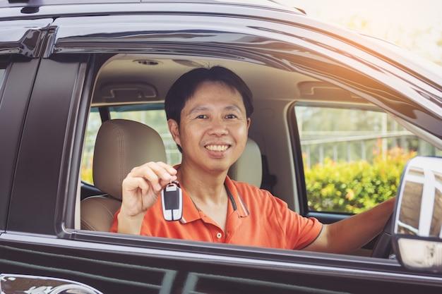Hombre, actuación, llaves, de, coche