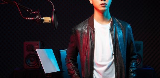 Hombre adolescente asiático cantar canción en voz alta potencia sonido