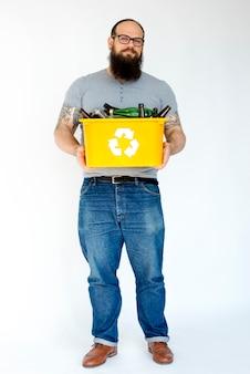 Hombre adulto con botellas de vidrio separadas reciclables