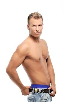 Hombre adulto sin camisa posando en studio