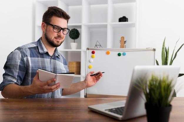 Hombre adulto casual que presenta proyecto empresarial