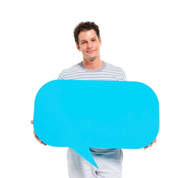 Hombre adulto joven ocasional que sostiene la burbuja del discurso