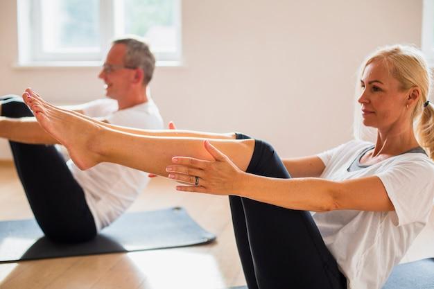 Hombre adulto y mujer entrenando juntos