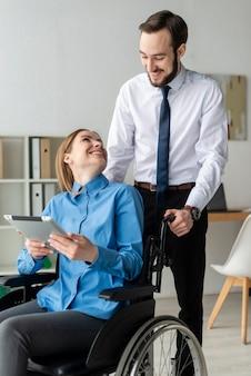 Hombre adulto y mujer juntos en la oficina