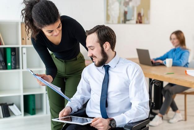 Hombre adulto y mujer trabajando juntos en la oficina