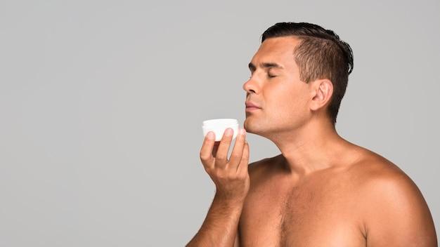 Hombre adulto, oler, crema
