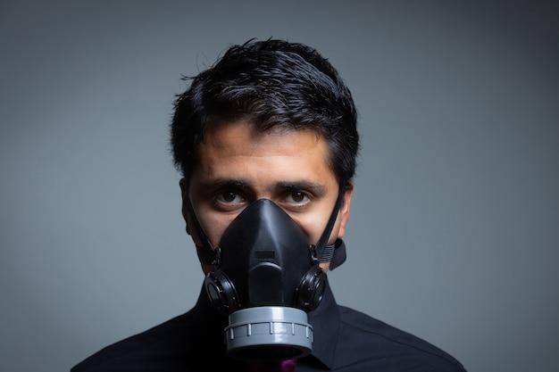 Hombre adulto protegiéndose con una máscara de la pandemia del coronavirus