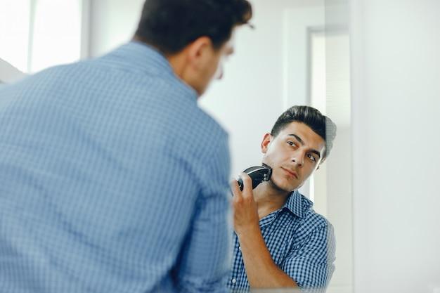 El hombre se afeita la cara