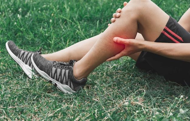 Un hombre se aferra a una pierna mala.