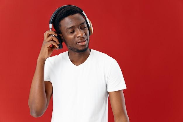 Hombre africano apariencia en auriculares música emociones